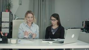 Ανώτερος διευθυντής που δίνει το μισθό σε μετρητά στο νέο υπάλληλο απόθεμα βίντεο