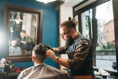 Ανώτερος κουρέας που τελειώνει το μοντέρνο hairdo ελεύθερου χώρου Στοκ Εικόνες