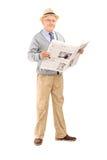 Ανώτερος κύριος που κρατά μια εφημερίδα Στοκ φωτογραφίες με δικαίωμα ελεύθερης χρήσης