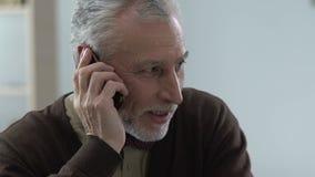 Ανώτερος κύριος που μιλά στο τηλέφωνο με τα παιδιά, οικογενειακή επικοινωνία, συσκευή απόθεμα βίντεο