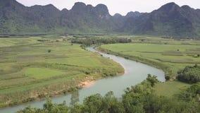 Ανώτερος μπλε ποταμός άποψης με τις πράσινες αμμώδεις τράπεζες κοντά  φιλμ μικρού μήκους