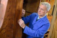 Ανώτερος ξυλουργός στο εργαστήριο Στοκ Φωτογραφία