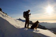 Ανώτερος οδοιπόρος και το σκυλί του που φαίνονται τοπίο στην κορυφή mou Στοκ εικόνες με δικαίωμα ελεύθερης χρήσης