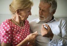 Ανώτερος πάρτε την υγειονομική περίθαλψη ιατρικής χαπιών Στοκ Εικόνες