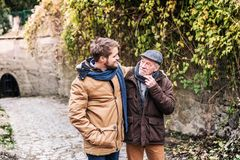 Ανώτερος πατέρας και ο νέος γιος του σε έναν περίπατο Στοκ Εικόνα