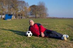Ανώτερος ποδοσφαιριστής στη χλόη Στοκ Φωτογραφία