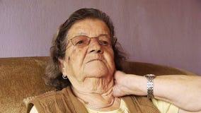 Ανώτερος ρευματισμός λαιμών πόνου υγείας ηλικιωμένων γυναικών απόθεμα βίντεο