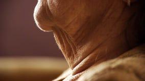 Ανώτερος στενός επάνω δερμάτων ρυτίδων λαιμών λαιμού ηλικιωμένων γυναικών φιλμ μικρού μήκους