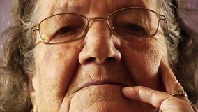 Ανώτερος στενός επάνω δερμάτων ρυτίδων προσώπου ηλικιωμένων γυναικών απόθεμα βίντεο