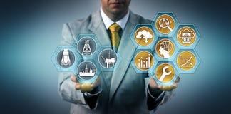 Ανώτερος υπάλληλος που βελτιστοποιεί καλά την απόδοση μέσω Apps στοκ εικόνες