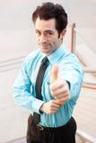 ανώτερος υπάλληλος που δίνει τους ευτυχείς αρσενικούς αντίχειρες επάνω Στοκ εικόνες με δικαίωμα ελεύθερης χρήσης