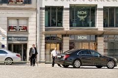 Ανώτερος υπάλληλος που πηγαίνει στο αυτοκίνητό του στις οδούς της Ζυρίχης Στοκ φωτογραφία με δικαίωμα ελεύθερης χρήσης