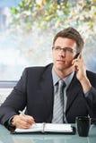 Ανώτερος υπάλληλος στην κλήση που παίρνει τις σημειώσεις Στοκ Εικόνες