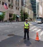 Ανώτερος υπάλληλος κυκλοφορίας NYPD, ασφάλεια πύργων ατού, πόλη της Νέας Υόρκης, NYC, Νέα Υόρκη, ΗΠΑ Στοκ Εικόνες