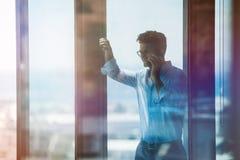 Ανώτερος υπάλληλος μέσα στο κτίριο γραφείων και τη χρησιμοποίηση του κινητού τηλεφώνου Στοκ φωτογραφίες με δικαίωμα ελεύθερης χρήσης