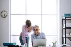 Ανώτερος υπάλληλος στην εργασία με το βοηθό του Στοκ φωτογραφίες με δικαίωμα ελεύθερης χρήσης