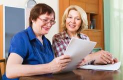 Ανώτερος υπάλληλος συμβολαιογράφων που βοηθά τον ηλικίας πελάτη Στοκ εικόνα με δικαίωμα ελεύθερης χρήσης