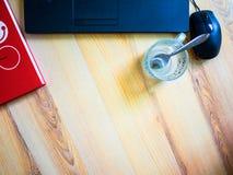 Ανώτερος υπάλληλος, lap-top, κόκκινο σημειωματάριο, φλυτζάνι καφέ στον πίνακα την εργάσιμη ημέρα Στοκ εικόνα με δικαίωμα ελεύθερης χρήσης