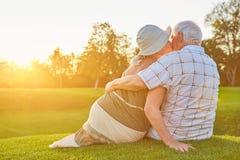 Ανώτερος φιλώντας άνδρας γυναικών στοκ φωτογραφία