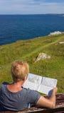Ανώτερος χάρτης ανάγνωσης γυναικών υπαίθρια Στοκ Εικόνες