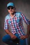 Ανώτερος trucker που στηρίζεται σε μια καρέκλα στο στούντιο Στοκ Εικόνες