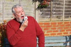 Ανώτερο άτομο έξω από το φτέρνισμα κρύο αλλεργιών Πυρετός σανού στοκ εικόνες με δικαίωμα ελεύθερης χρήσης