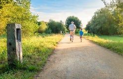 Ανώτερο άτομο και ευτυχές παιδί που τρέχουν υπαίθρια Στοκ φωτογραφίες με δικαίωμα ελεύθερης χρήσης