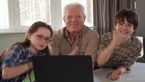 Ανώτερο άτομο και τα εγγόνια του που παρουσιάζουν αντίχειρές τους απόθεμα βίντεο