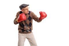 Ανώτερο άτομο με τα κόκκινα εγκιβωτίζοντας γάντια Στοκ Εικόνες