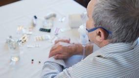 Ανώτερο άτομο με τα προβλήματα άσθματος που κάνουν την εισπνοή απόθεμα βίντεο