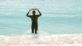 Ανώτερο άτομο με την ιστιοσανίδα που τρέχει στο νερό φιλμ μικρού μήκους