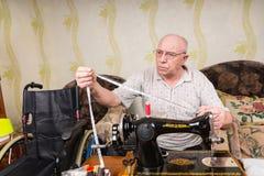 Ανώτερο άτομο με τη μέτρηση της ταινίας και της ράβοντας μηχανής Στοκ φωτογραφία με δικαίωμα ελεύθερης χρήσης