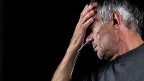 Ανώτερο άτομο με τον πονοκέφαλο φιλμ μικρού μήκους