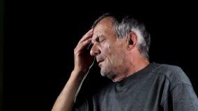 Ανώτερο άτομο με τον πονοκέφαλο απόθεμα βίντεο