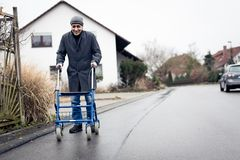 Ανώτερο άτομο με το πλαίσιο περπατήματος Στοκ Εικόνα