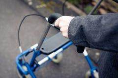 Ανώτερο άτομο με το πλαίσιο περπατήματος Στοκ εικόνα με δικαίωμα ελεύθερης χρήσης