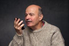 ανώτερο άτομο με το τηλέφωνο Ευτυχές πρόσωπο του παλαιού τύπου Στοκ Εικόνες