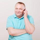 Ανώτερο άτομο με το τηλέφωνο πέρα από το λευκό Στοκ Εικόνες