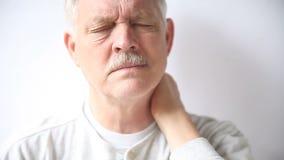 Ανώτερο άτομο με το δύσκαμπτο λαιμό απόθεμα βίντεο