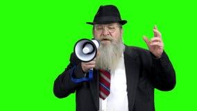 Ανώτερο άτομο με το bullhorn που δείχνει με το χέρι φιλμ μικρού μήκους