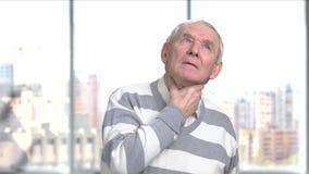 Ανώτερο άτομο που έχει τον πόνο στο λαιμό φιλμ μικρού μήκους