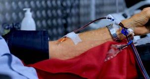 Ανώτερο άτομο που δίνει το αίμα στην τράπεζα αίματος 4k απόθεμα βίντεο