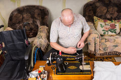 Ανώτερο άτομο που εργάζεται στην ντεμοντέ ράβοντας μηχανή Στοκ φωτογραφία με δικαίωμα ελεύθερης χρήσης