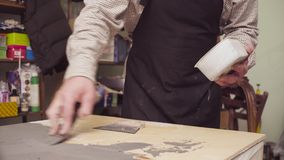 Ανώτερο άτομο που καλύπτει μια ξύλινη επιφάνεια με το τσιμέντο απόθεμα βίντεο