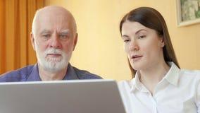 Ανώτερο άτομο που μιλά στον οικονομικό σύμβουλο Θηλυκός σύμβουλος που εξηγεί στον ανώτερο πελάτη η συνταξιοδοτική κάλυψη του απόθεμα βίντεο