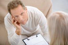 Ανώτερο άτομο που μιλά με τον ψυχολόγο στοκ φωτογραφία