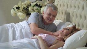 Ανώτερο άτομο που ξυπνά τη σύζυγό του με το φιλί απόθεμα βίντεο