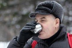 Ανώτερο άτομο που πίνει το καυτό τσάι Στοκ Φωτογραφίες