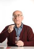 Ανώτερο άτομο που παίρνει τα χάπια Στοκ Εικόνες