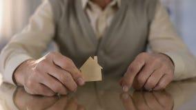 Ανώτερο άτομο που παρουσιάζει ξύλινο σημάδι σπιτιών, επένδυση ακίνητων περιουσιών, ασφάλεια ιδιοκτησίας απόθεμα βίντεο